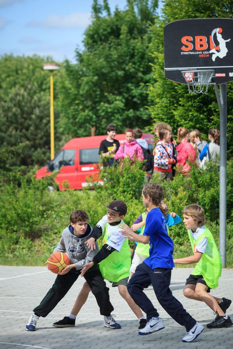 Hráči při streetballu