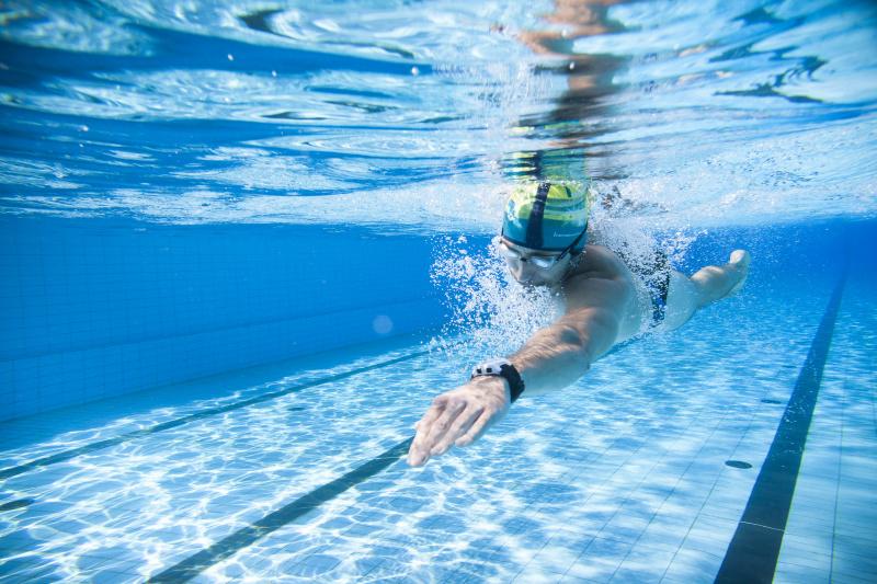 Plavec při večerním plavání