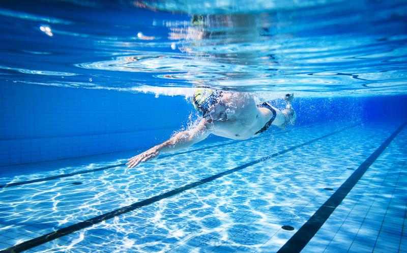 Plavec při ranním plavání