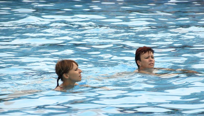 Foto plavkyň při večerním plavání