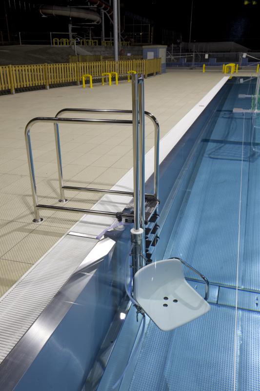 Bazénový zvedák v nerezovém bazénu